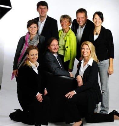 Industriebau Team - Im Bild: vordere Reihe sitzend (v.l.): Melanie Meinig (Chefredakteurin), Robert Altmannshofer (Objektleiter), Barbara Kimmich (Anzeigenberaterin), hintere Reihe stehend (v.l): Julia Cornelissen (Redakteurin), Martin Gräber (Redakteur), Birgit Voss (Anzeigenberaterin), Helmut Junginger (Anzeigenleiter) und Sandra Hoffmann (Redakteurin)