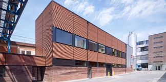 Prozessgebäude auf dem Werksgelände von Nestlé in Hamburg