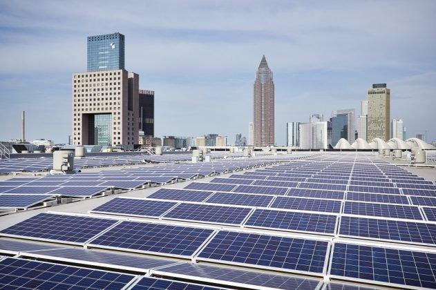 Solarmodule auf dem dach der neuen Messehalle 12. Bild: Jean-Luc Valentin
