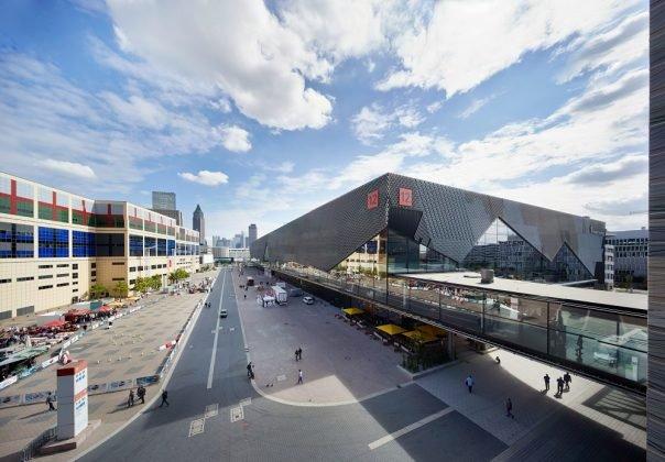 Die Messehalle 12 nach dem Entwurf von Kadawittfeldarchitektur. Bild: Jean-Luc Valentin/ Messe Frankfurt