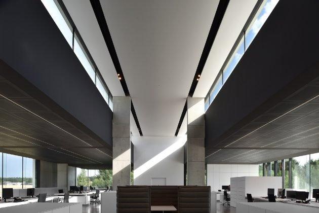 Headquarter kreon, Klare Linien und sich wiederholende Materialien im Inneren des Firmensitzes von kreon
