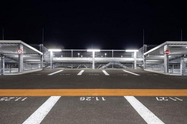 Die Parklücken sind seit der Sanierung breiter und bieten mehr Platz. Bild: Peter Langenhahn