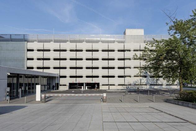 Frontale Sicht auf das historische Parkhaus von BMW in München. Bild: Peter Langenhahn