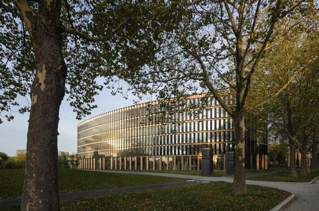 Über-Eck-Ansicht auf das Gebäude von ingenhoven architects. Bild: HGEsch.