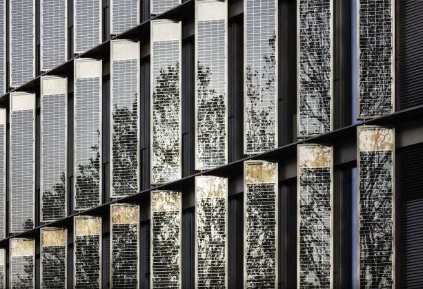 Durch die Photovoltaik-Module kann die Fassade nicht nur verschatten, sondern gleichzeitig Energie produzieren. Bild: HGEsch.