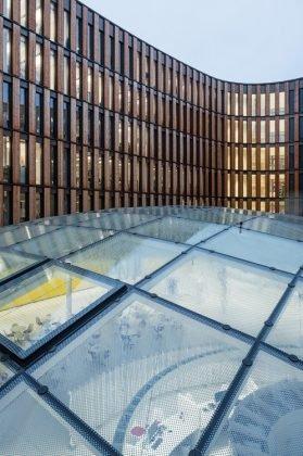 Auch die Fassade auf der inneren Seite des Gebäudes verfügt über die charakteristischen Lärchenelemente. Bild: HGEsch.