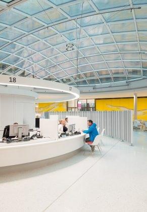Offen gestaltete Räumlichkeiten mit gelben Akzenten im Rathaus Freiburg. Bild: HGEsch.