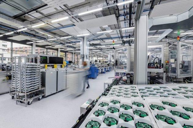 Im Inneren der Produktionshalle fertigt das Unternehmen unter anderem Brandmeldeanlagen. Bild: Siemens AG