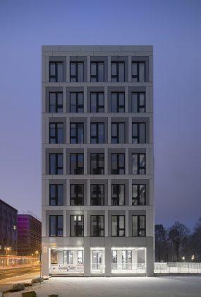 Das gleichmäßige Fassadenraster strukturiert die Gebäudehülle. Bild: M. Brand
