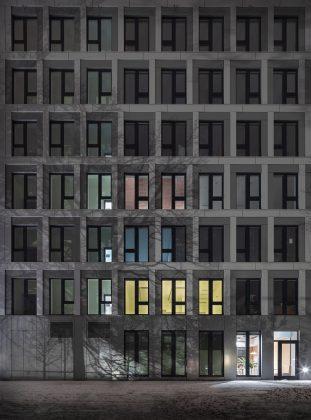 In der Fassade spiegeln sich Licht und Schatten. Bild: M. Brand