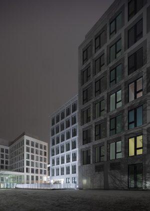 Die Fenster und die schimmernde Oberfläche der Fassade erzeugen Dynamik. Bild: M. Brand