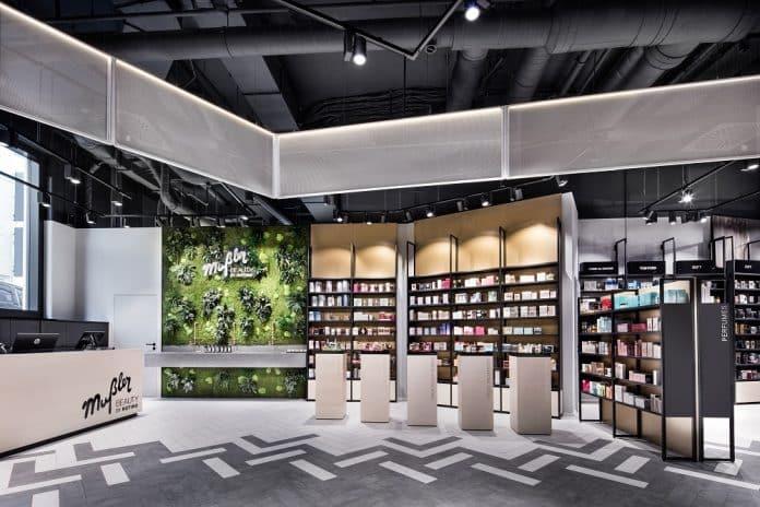 Die Vielfalt an Farben, Materialien und Oberflächen spiegelt die große Produktauswahl wider. Bild: M. Baitinger/Dittel Architekten