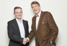 Roger Bless (links), CEO von FactoryXperts und Christoph M. Achammer (rechts), CEO von ATP. Bild: FactoryXperts/Stertzik