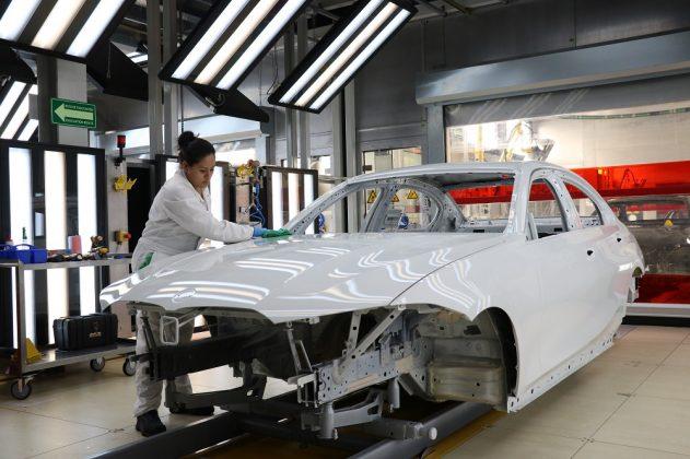Mitarbeiterin bei der Arbeit in der Lackiererei. Bild: BMW