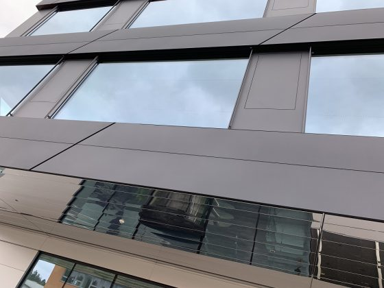 Fassade des Gebäudes: Paneele mit integrierten Lüftungsflügeln ermöglichen ein natürliches Raumklima. Bild: Domico