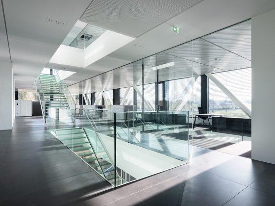 Die gläserne Treppe bildet das Herzstück des Gebäudes. Bild: pierer.net
