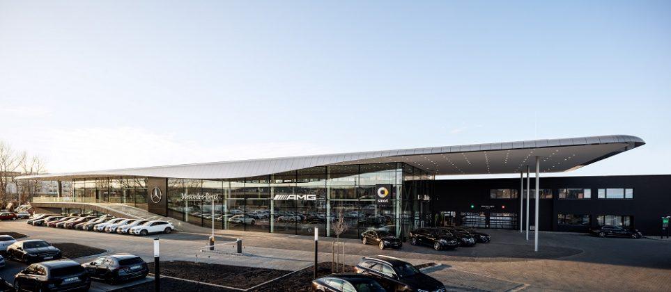 Die neuen Autohäuser verfügen über ein markantes Dach. Bild: Hiepler Brunier