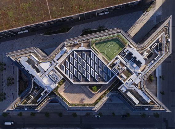Die doppelte X-Form des Hauptgebäudes ist von oben besonders gut erkennbar. Bild: HGEsch/HENN