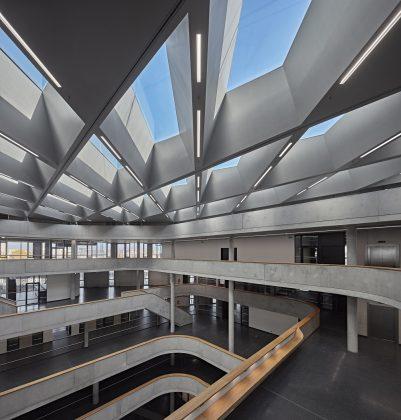 Sichtbeton, Holz und Glas erzeugen ein schlichtes Interior Design bei Zalando. Bild. L. Huneke/Performance in Lighting