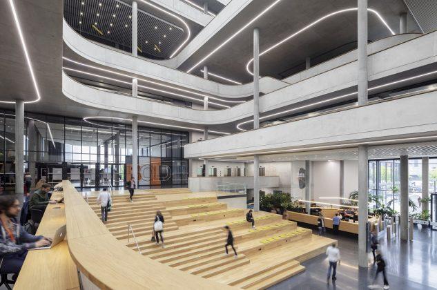 Die Freitreppe aus Holz ist verbindendes Bauelement und Begegnungsfläche zugleich. Bild: HGEsch/HENN