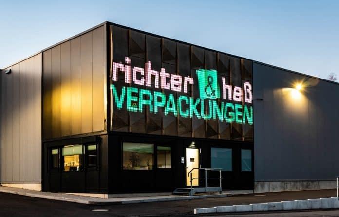 Medienfassade aus organischen Materialien am Produktionsgebäude von richter & heß. Bild: Silvia Giardino Photography