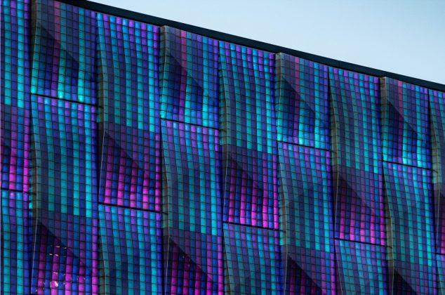 Die Biofassade in Blautönen. Bild: Silvia Giardino Photography