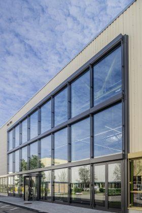 Die Fassade umfasst große Glasflächen. Bild: Freyler
