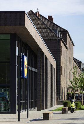 Die Fassade integriert den Discounter in die Nachbarschaft. Bild: HGEsch, Hennef