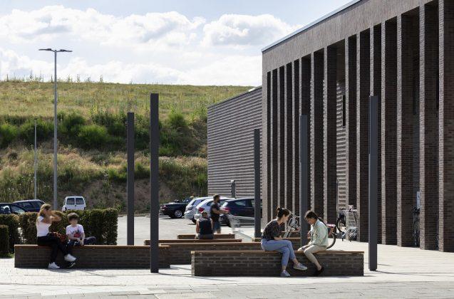 Der Parkplatz musste für eine freie Fläche vor dem Eingang weichen. Bild: HGEsch, Hennef