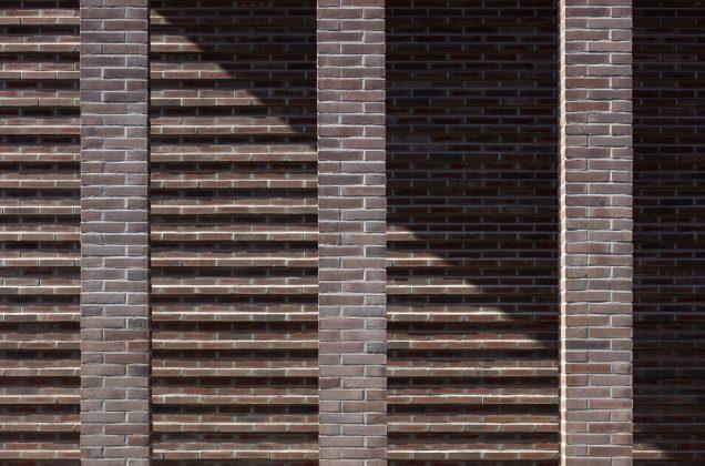 Die Fassade ist eine Neuinterpretation von Klinkersteinen. Bild: HGEsch, Hennef