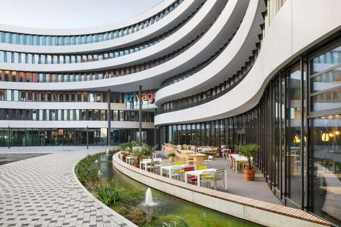 Das sechsgeschossige, tropfenförmige Gebäude umfasst rund 30.000 m². Bild: sop architekten/Constantin Meyer Fotografie