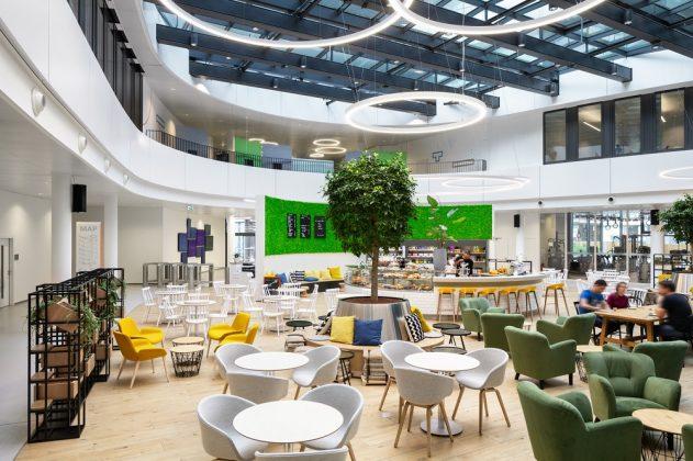 Gemeinschaftsflächen ergänzen die Büro- und Konferenzräume. Bild: sop architekten/Constantin Meyer Fotografie