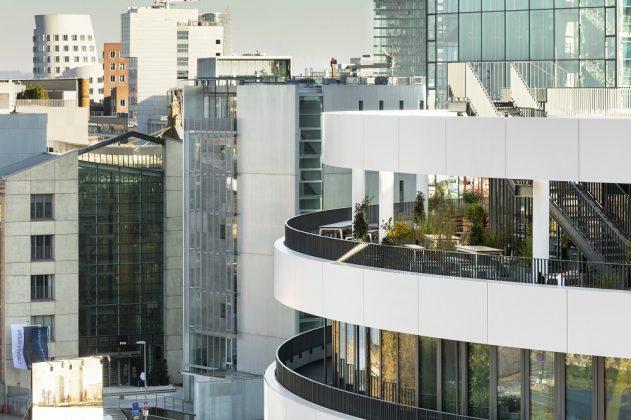 Weiße Brüstungsbänder, Balkone, Terrassen und Loggien kreieren ein abwechslungsreiches Raumgefüge. Bild: sop architekten/Constantin Meyer Fotografie