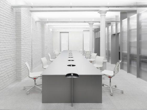 Blick in den Raum mit großem Tisch